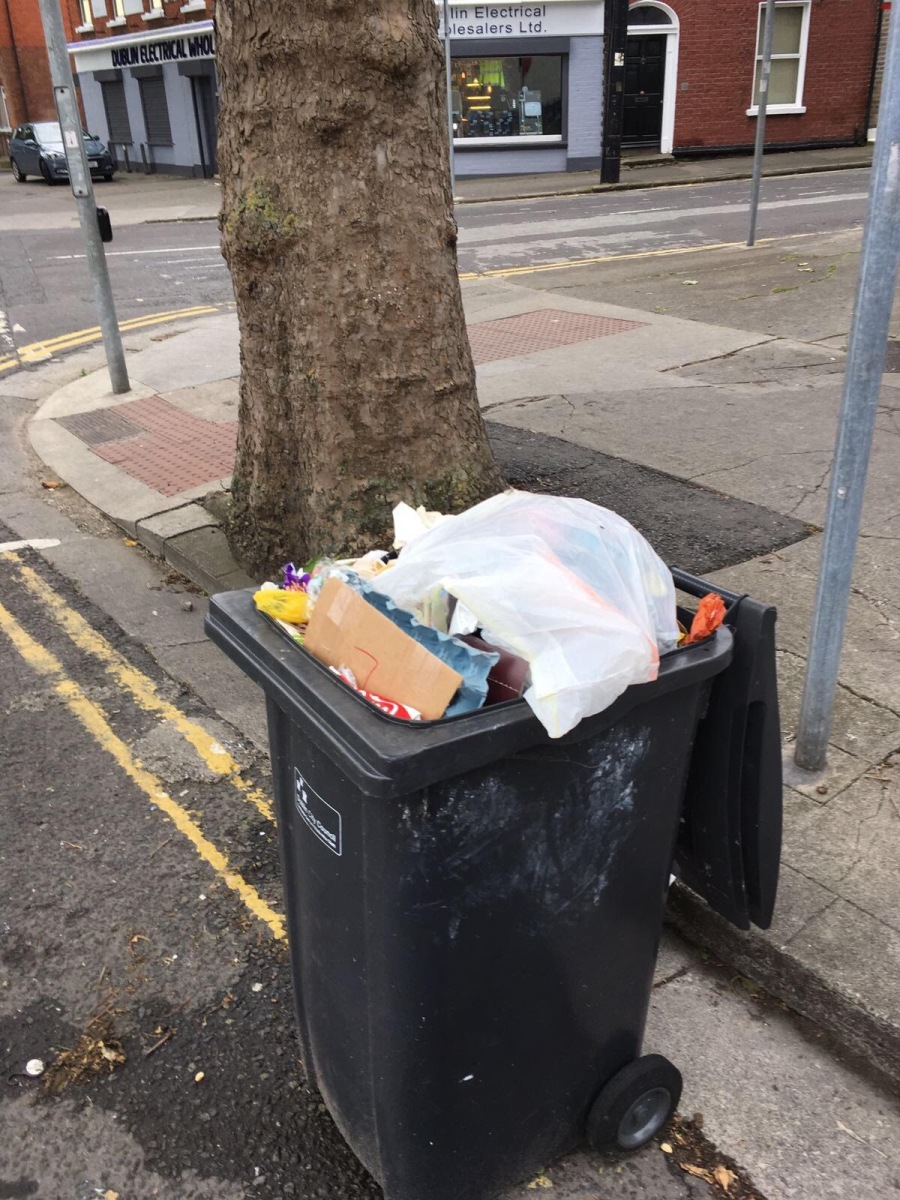 Abandoned bin, one of many more.Nothing to be done apparently -> North Circular Rd4, D1. Jul 05 2017